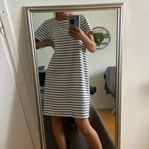 Säljer den a klänningen då den är lite förstor för mig vilket gjort att jag inte använt den! Klänningen är i str L men passar mindre storlekar också såsom S och M. Köparen står för frakt!