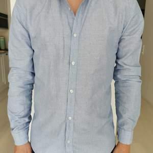 Skjorta från Hugo Boss i storlek Medium. Skjortan är i bra skick och har en slim passform. Jag kan mötas upp i Alingsås alternativt skicka om det passar bättre.