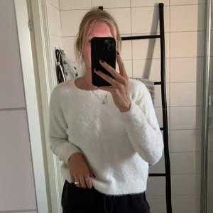 Super duper mysigt vit stickad tröja från hm storlek s. Använd en del men inte överdrivet mycket. Hur mysig som helst nu till höst/vinter. Priset går alltid att diskutera. Betalning sker alltid innan jag skickar. +frakt tillkommer🤍😍😊