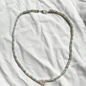 Handgjort halsband med pastellfärgade pärlor 🌸 Checka in min webbshop https://www.beadedful.com/ för fler söta handgjorda smycken!