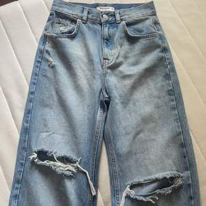 Jag säljer mina fina pullandbear jeans pågrund att de är förstora.❤️ Inte använda Bara testade. Säljer för 180 kr + 40 kr frakt .❤️ storlek 34