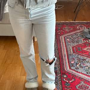 Säljer dessa skit snygga raka ljusblåa jeansen! Dom ser vita ut på kameran men de är ljusblåa. Jag är 172, jeansen är i bra skick🥰