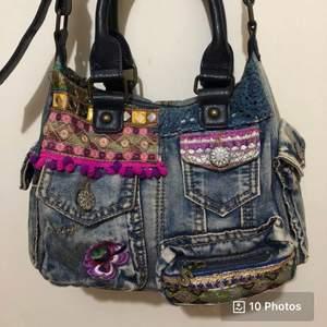 Söker denna handväska från Desigual för jag hittar inte samma på affären, skicka gärna om du har och vill sälja den