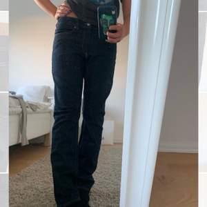 Assnygga lågmidjade mörkblå jeans som tyvär är lite små för min smak, jag är 170 och S/M och de är storlek 30/32💕de är i jättefint skick då de knappt är använda! jag står ej för frakt