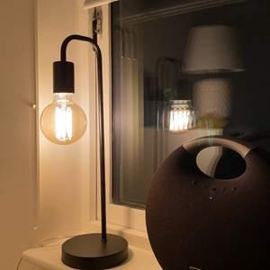 Den här skit snygga sänglampa passar inte in i mitt rum längre och känns onödigt att sälja. Är i bra skick, mysigt ljus varmt ljus och stilren. Möts helst upp men om du bor utanför sthlm kan den skickas💓💓 nypris: 300kr men buda gärna