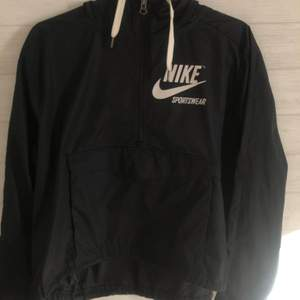 Vindjacka från Nike sportswear. Köpt för 699kr, använd men bra skick.