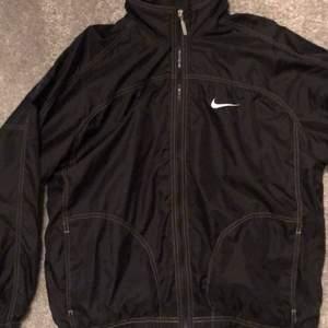 Väldigt snygg Nike jacka i storlek M. Fint skick. Köpare står för frakt.