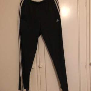 Fräna Adidasbyxor från 90-talet med dragkedja på sidan! Inköpta på humana men är i väldigt bra skick.