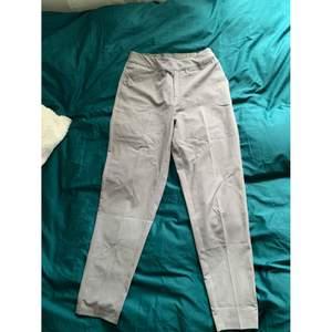 Gråa kostymbyxor från Object i storlek 34. Köpt för 2 år sedan men endast använda fåtal gånger. Felfria. Tighta i modellen.