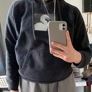 Säljer denna skit coola hoodie från stay. Den är svart med någon slags fågel. Säljer då den har blivit för liten för mig. Köpare står för frakt💕