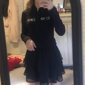 Säljer denna supppperrr fina bebe zip hoodie eftersom att den ej kommer till användning, orginalpriset är 900kr cg säljer den för 400kr, pris kan diskuteras