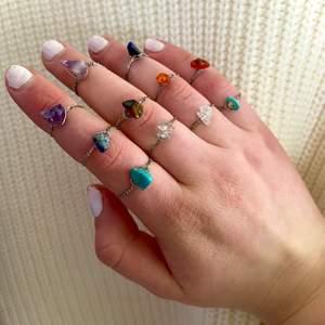 Ringar av äkta kristaller: Rosenkvarts (ljusrosa), Bergskristall (genomskinlig), Tigereye (brun), Lapis lazuli (mörkblå), Jade (ljusblå), Karneol (orange/röd), Ametist (lila). Ringarna finns i XS/S och M/L. Ringarna kostar 15kr/st och frakten är 12kr oavsett hur många man köper! Skriv privat för frågor😊