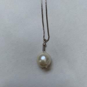 En stor vitgul pärla som jag satt fast på en silverkrok, skriv gärna om ni har kedja hemma som ni kan ha till (då blir halsbandet såklart billigare, annars skickar jag med kedjan också, (har tyvärr inte många kedjor) vet inte om kedjan är äkta silver tyvärr :/ <33