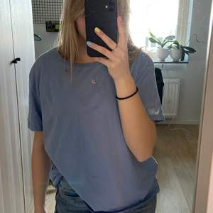 Superfin ljusblå t-shirt som är oversized i modellen. Den är sparsamt använd. Storlek s