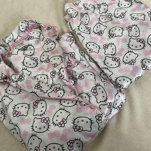 Fint hello Kitty pyjamas i siden. Setet är i fint begagnat skick bara att en av knapparna sitter lite löst på skjortan. Det är i barnstorlek 158/164. Bud från 129 kr 💞🐱  Ni får välja om ni vill ha spårbar frakt som är lite dyrare eller billigare frakt utan spårning.