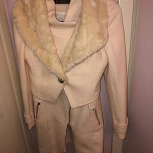 En babyrosa kappa som bara har använts en gång