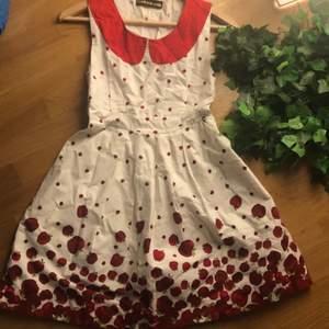supersöt klänning med äpplen på som har två gigantiska fickor! det är volym i kjolen så det ser inte konstigt ut att ha saker i fickorna heller. tror storlek är xs-s