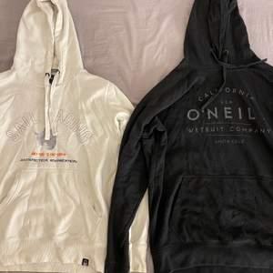 En hoodie för 150kr, båda för 250kr. Sailracing hoodien är strl M och svarta hoodien är XL. Hämtas i Sollentuna.