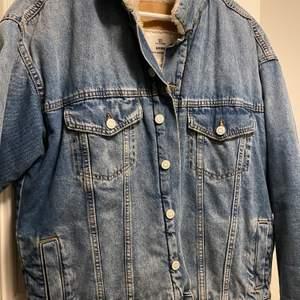 Super fin jeans jacka som är fodrad sparsamt använd köpt på HM's dam avdelning. Storlek S men väldigt overzised så passar M med!💖 Köparen står för frakten! Priset är inte hugget i sten.