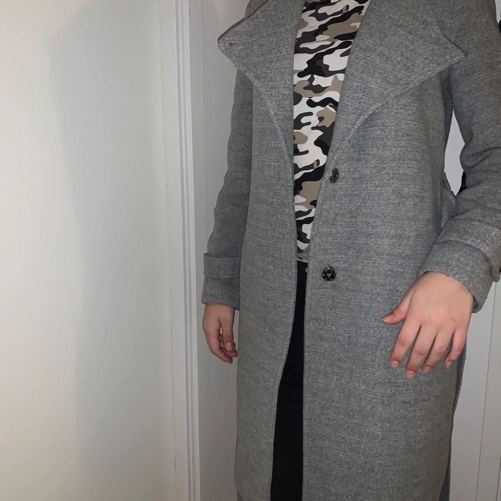 En jättefin grå kappa! Nyskick och säljer pga fick 2 likadana i födelsedagspresent! . Jackor.