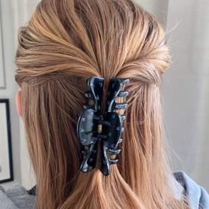 En svart handmålad hårklämma med små lila blommor! Tillverkas endast en gång 💖 kostar 70 kr med FRI FRAKT 🤩