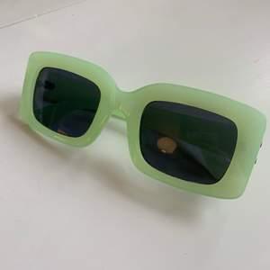 Solglasögon, limegröna/ljusgröna. Från carlings. Fint skick, inga repor. 100kr inklusive frakt. Pris kan diskuteras.