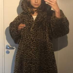 Världens mjukaste, varmaste och finaste leopardpäls med luva! Mycket älskad och i perfekt skick men kommer tyvärr aldrig till användning längre. Inköpt för några år sedan på vintage second hand. Tror att det är fuskpäls men är inte säker. Fodrad. Köparen står för frakt. Budgivning vid flera intresserade, kan även skicka fler bilder