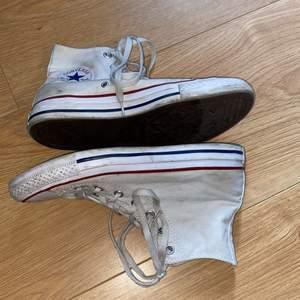 Vita converse skor, väldigt populärt med sånna skor, tvättbara😊säljer dem för att dem har blivit för små😫älskar dem och den e så bekväma. Kostade ca 600kr men säljer dem för 300kr+ frakt, men det kan diskuteras. Köp direkt för 500+ Frakt😜 spårbar frakt