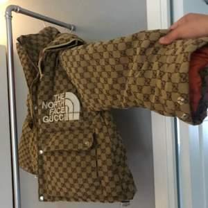 Helt ny North face X Gucci canvas bomber jacket cond 10/10 DM: för mer info!