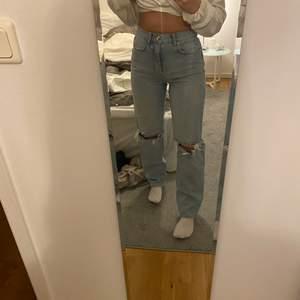 Säljer mina super snygga jeans från Gina tricot i storlek 34 då jag köpte en för liten storlek och därmed är de knappt använda! De är i den populära modellen 90s high waist, köpte de för 499kr💕 vet nt hur mkt jag ska sälja de för så kom men bud om priset är orimligt! Köparen står för frakten!