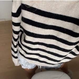 Beige randig tröja från hm💓💓 Storlek xs, den är i väldigt bra skick. (Lånad bild) skriv ifall ni fil ha fler egna bilder. Utropspriset är 100kr, buda med minst 10kr mellan! Köparen står för frakten💕!