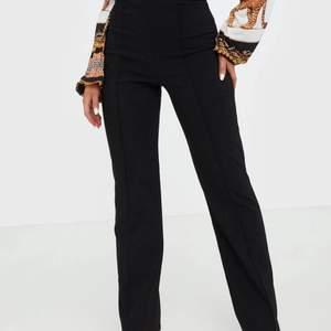 Kostymbyxor från Nelly storlek xs, raka i modellen