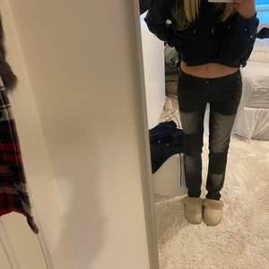 Helt oanvända jeans som är lagom långa på mig som är 174