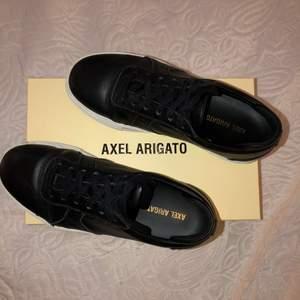 Svarta Axel Arigato Platform sneakers. Knappt använda pga fel storlek. Skokartong och dustbag medföljer! Nypris 1799kr, buda gärna privat!