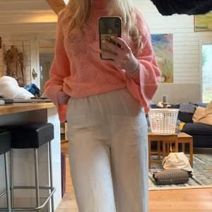 Rosa stickad tröja från märket Y.A.S. Helt oanvänd. Storlek L men bär själv ofta xs och s och den blir som en mysig lite smått oversize tröja. Den har även lite bredare ärmar