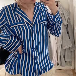 Superskön & snygg silkesskjorta från Gina Tricot ! Ett av mina favoritplagg som tyvärr inte kommer till användning:(