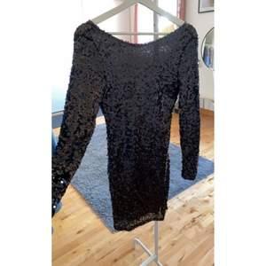 Glittrig klänning från Nelly i storlek S. Endast använd 1 gång så i bra skick! Tveka inte på att höra av er vid frågor eller om fler bilder önskas!💕 Frakt ingår🤍
