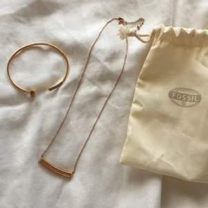 Halsband med matchande armband ifrån FOSSIL, oanvänt så i perfekt skick! Roséguld😍 bara att höra av sig vid frågor! Kolla gärna in mina andra annonser💕