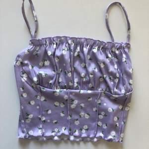 Ett lila linne som jag bara har provat och aldrig använt. Linnet är i stretch material och passar därför många storlekar. Köparen står för frakten.
