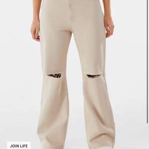 Säljer då dessa jeans pga att dom aldrig används, jag köpte dom för 299 på Bershka och säljer dom för 150kr. Dom är exakt som dom beiga på första bilden fast dom är gråa ( se bild 2,3). Storlek 34 men skulle säga att dom passar 36 också. Köparen står för frakten!😋💞