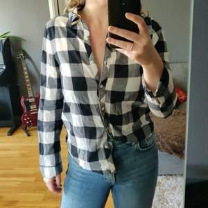 Snygg svartvit-rutig skjorta. Älskar den men den har tyvärr blivit för liten.                                                                         Köparen står för eventuell frakt