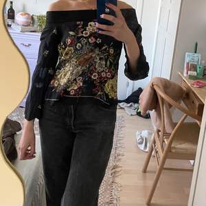 En fin off-shoulder tröja från Zara med blommigt tryck🤎 Köparen står för frakt