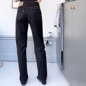 Jättesnygga vintage levi's jeans! Dessa är i modell 615, W30 L32. Sitter snyggt o baggy på mig som brukar vara en XS. Passar nog personer upp till strl M beroende på hur man vill att jeansen ska sitta. (Andra bilden lånad), jag på första bilden är 173 cm lång. Frakt står köparen för (66kr). Säljer även massor med andra jeans/byxor på min profil.💕