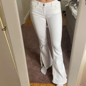 Helt oanvända 70-tals jeans från ZARA i storlek 36. Lite lägre i midjan, utsvängda och med slits längs ner vid benet ✨💖 köparen står för frakt