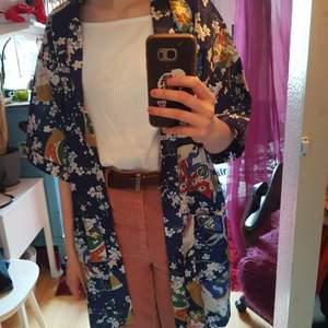 Kort morgonrock, kimono? Köpt på second hand. Klara fina färger i ett sidenliknande material. Skärpet saknas tyvärr men tycker den funkar bra öppen! Märkt M men passar säkert en S också.