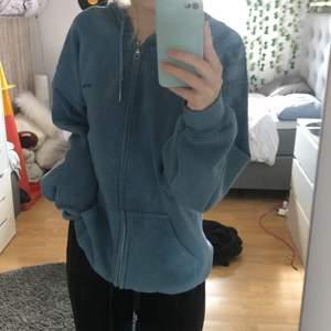 Säljer denna blåa zipup hoodien jag köpte på urban outfitters i höstas. Har använt ca 3 gånger men den är helt i nyskick. Nypriset är 600 kr, om flera är intresserade blir det budgivning, skriv om du är intresserad eller har några frågor❤️ OBS: köparen står för frakten🥰