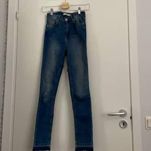 jeans nakd nästan aldrig använda man får sjukt bra röv i dom den blir peachy sitter jättefint passar om man är runt 160, ej avklippta detaljen är så