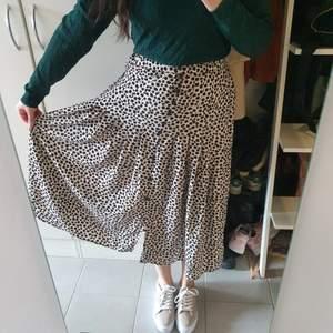 Jättefin kjol från HM, tyvärr är den för liten nu. Storlek 36.
