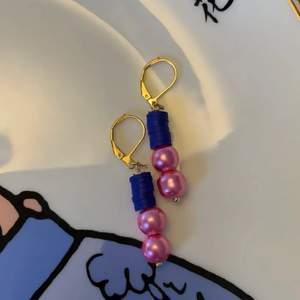 Nickelfria krokar, guldpläterade! Tillverkade av mig☺️ Frakten står jag för! Matchande armband finnes i min profil