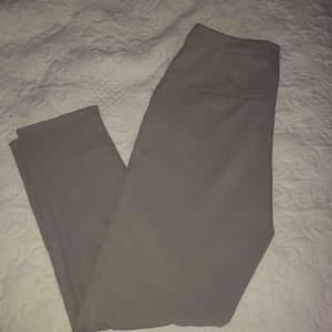 Snygga gråa kostymbyxor som aldrig är använda! Sköna i materialet så känns inte som om man har dem på sig.